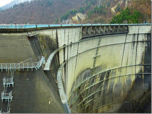 黒部ダム 放水